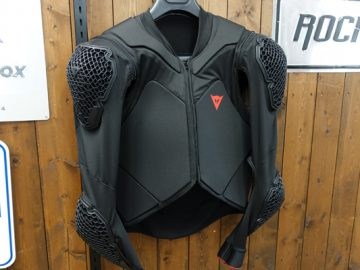 こんなんいかがでしょ? DAINESE RHYOLITE SAFETY JACKET LITE